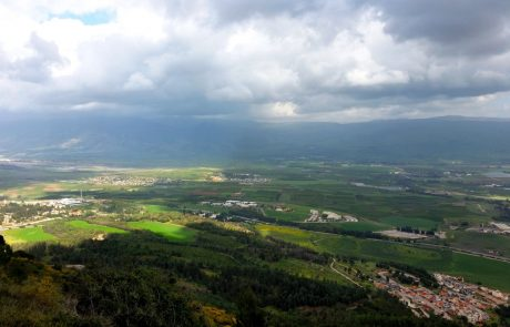 טיול אל זרימות המים ומטעי הפרי בפריחתם, תצפית ללבנון וארוחות נפלאות